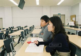 窓,女の子,テーブル,テスト,オフィス,人物,背中,人,学校,教室,資格,デスク,ポートレート,勉強,男の子,テキスト,会議室,勉強会,参考書,ドキュメント