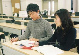 女の子,テーブル,テスト,オフィス,人物,背中,人,学校,教室,資格,デスク,ポートレート,勉強,男の子,テキスト,会議室,勉強会,参考書,ドキュメント