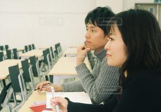 食事のテーブルに座っている女性の写真・画像素材[1307506]