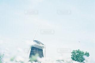 空を飛んでいる人の写真・画像素材[1357416]