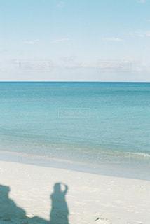 水の体の近くのビーチの人々 のグループの写真・画像素材[1357455]