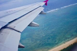 水の体の上に飛んでいる飛行機の写真・画像素材[1357605]