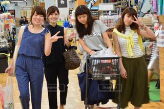 カメラにポーズする人々 のグループの写真・画像素材[1357611]