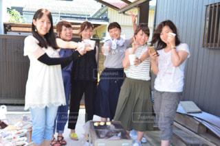 カメラにポーズする人々 のグループの写真・画像素材[1357621]