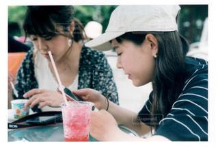 テーブルに座っている女性の写真・画像素材[1362321]