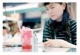 テーブルに着席した人の写真・画像素材[1362324]