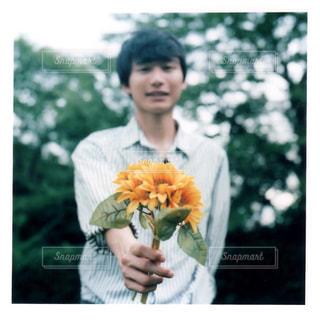 花を持っている人の写真・画像素材[1369284]