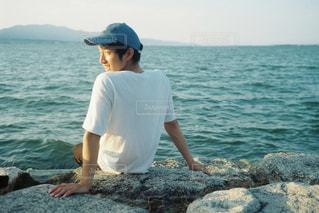 水の体の横に立っている人の写真・画像素材[1402959]