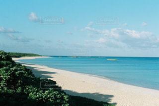 水の体の横にあるビーチの写真・画像素材[1402994]