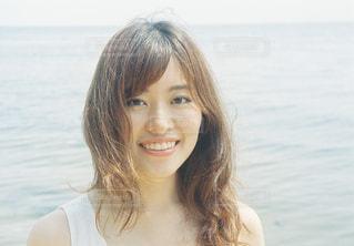水の体の横に笑顔の女性の写真・画像素材[1403018]