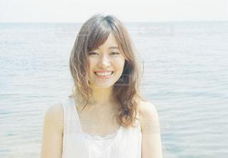 水の体の横に立っている人の写真・画像素材[1403019]