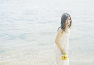 水の体の横に立っている女性の写真・画像素材[1403027]