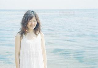 水の体の横に立っている人の写真・画像素材[1403035]