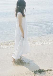 ビーチに立っている人の写真・画像素材[1403050]