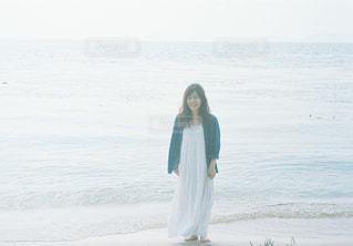 水の体の横に立っている人の写真・画像素材[1403053]