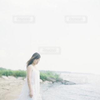 ビーチに立っている人の写真・画像素材[1403095]