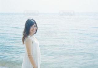 水の体の横に立っている女性の写真・画像素材[1403100]