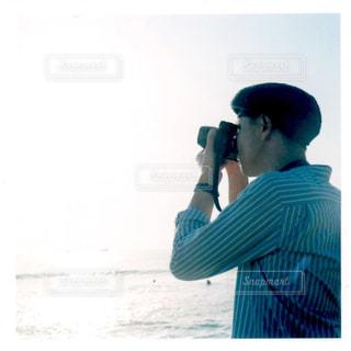 携帯電話で話す人の写真・画像素材[1403798]