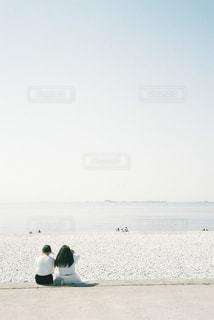 ビーチに座っている人々 のグループの写真・画像素材[1406920]