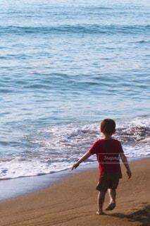 砂浜の上に立っている人の写真・画像素材[1406925]