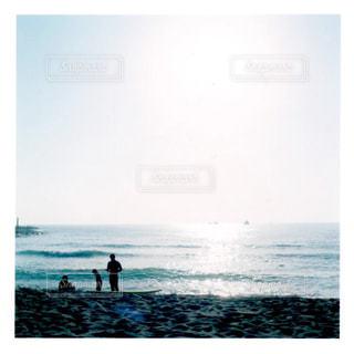 水の中に立っている人々 のカップルの写真・画像素材[1406939]