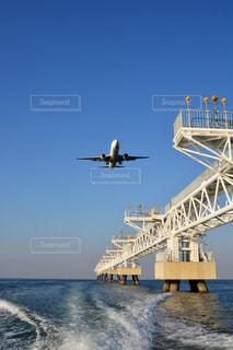水の体の上に飛んでいる飛行機の写真・画像素材[1407057]