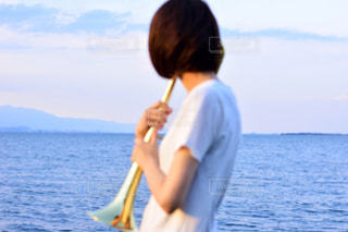 水の体の横に立っている人の写真・画像素材[1407134]