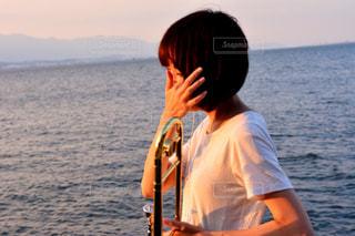 水の体の横に立っている人の写真・画像素材[1407175]