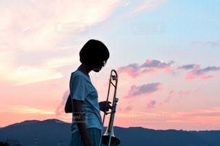 日没の前に立っている男の写真・画像素材[1407182]