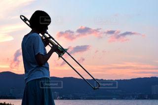 日没の前に立っている男の写真・画像素材[1407186]