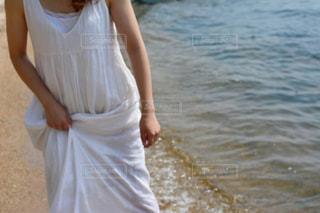 水に立っている女性の写真・画像素材[1407208]