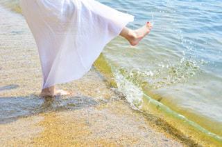 水の体の横に立っている人の写真・画像素材[1407213]