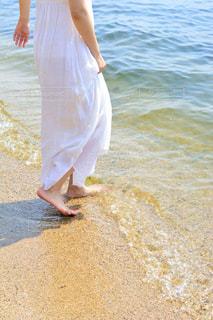 ビーチに立っている人の写真・画像素材[1407214]