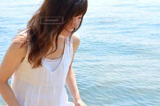水に立っている女性の写真・画像素材[1407251]