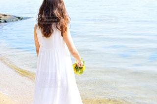 ビーチに立っている女性の写真・画像素材[1407279]