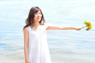 水の体の横に立っている女性の写真・画像素材[1407282]