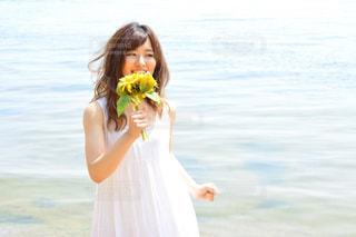 黄色のドレスの女性の写真・画像素材[1407350]