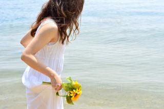 ビーチに立っている女性の写真・画像素材[1407352]