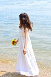 水の体の横に立っている人の写真・画像素材[1407367]