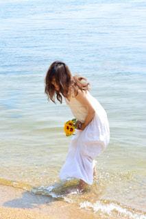 水の体の横に立っている人の写真・画像素材[1407368]