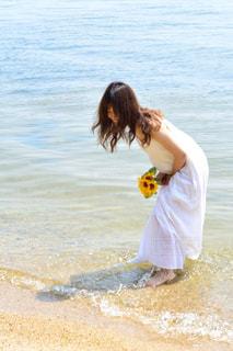 水の体の横に立っている人の写真・画像素材[1407371]