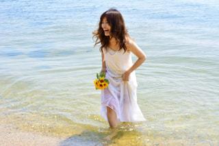 水の体の横に立っている女性の写真・画像素材[1407372]