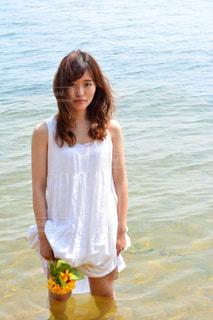 水の中で立っている女の子の写真・画像素材[1407378]