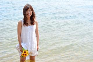 水の前に立っている人の写真・画像素材[1407380]