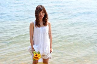 水の前に立っている人の写真・画像素材[1407381]