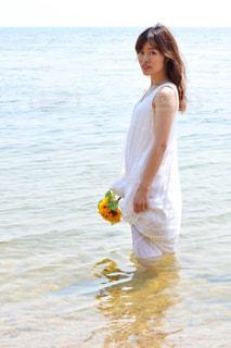 水の体の横に立っている女性の写真・画像素材[1407387]