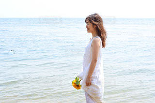 水の体の横に立っている人の写真・画像素材[1407390]