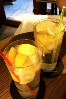 コーヒーやビール、テーブルの上のガラスのカップの写真・画像素材[1433980]