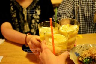 近くのテーブルの上のガラスのコップで飲み物をの写真・画像素材[1433983]
