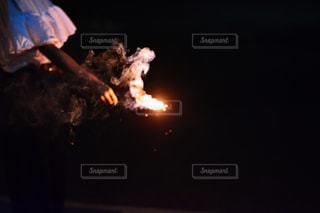 暗闇の中で爆発する花火の写真・画像素材[1437875]